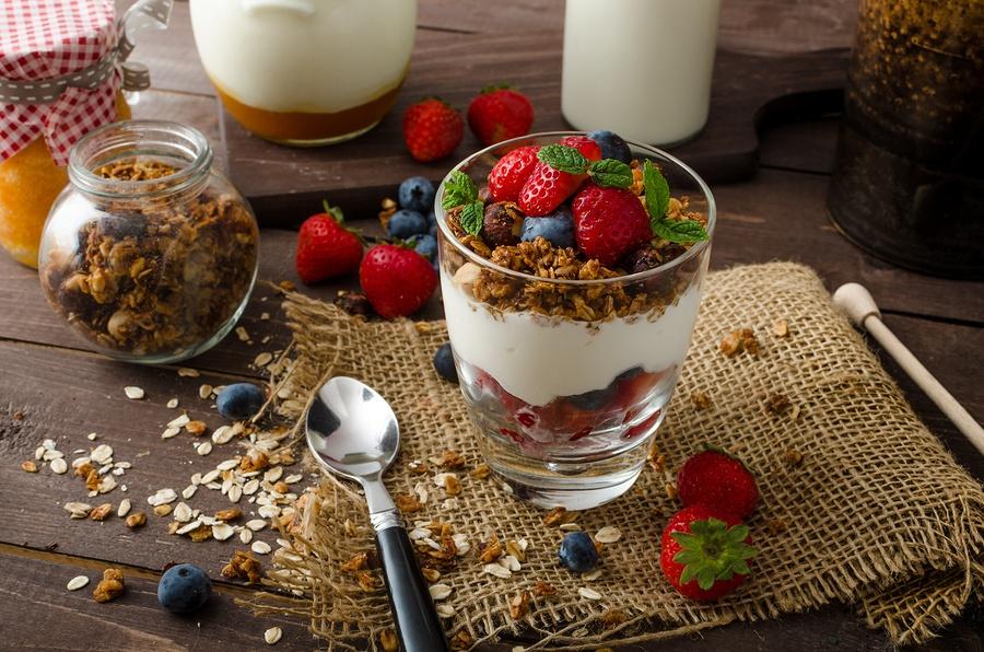 Домашняя хрустящая гранола с йогуртом